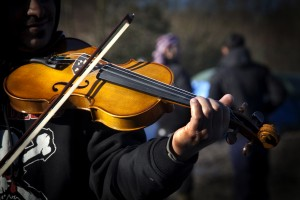 Azis speelt middenin het vluchtelingenkamp viool